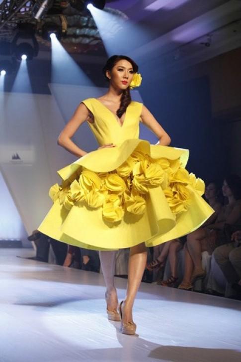 Váy kết hoa nhuộm vàng sàn diễn thời trang