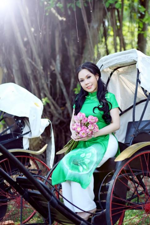 Việt Hương duyên dáng với áo dài, bà ba