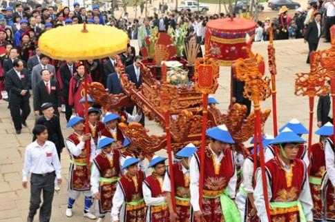 Viet kieu tham du gio to Hung Vuong