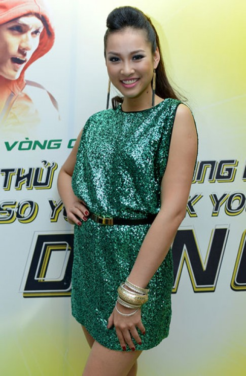 Vuong Thu Phuong dien vay ong anh di xem nhay