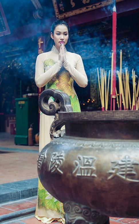 Vuong Thu Phuong nen na voi ao dai