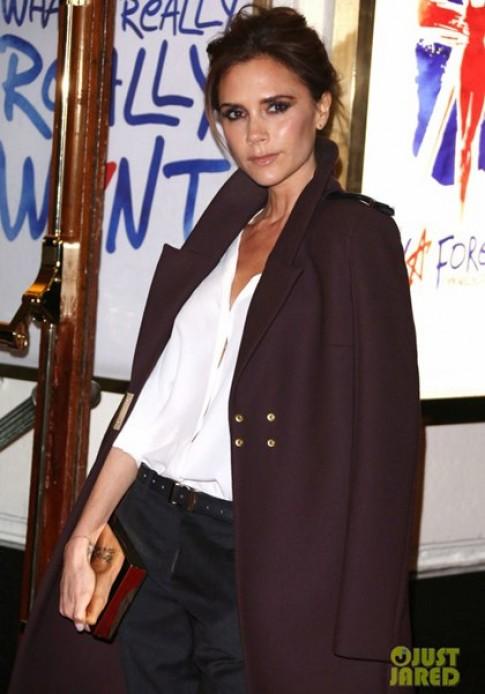 Xu hướng 'khoác áo kiểu Victoria Beckham' lên ngôi