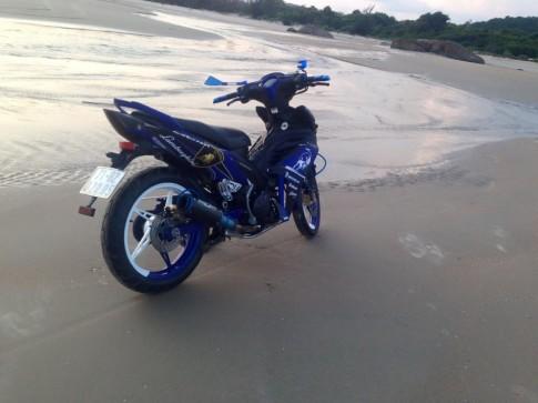 Yamaha Exciter một mình trên bãi biển