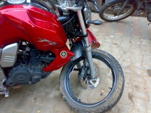 Yamaha FZ trên báo Ấn Độ bị gãy hết cả chấu vành đúc hợp kim bánh trước