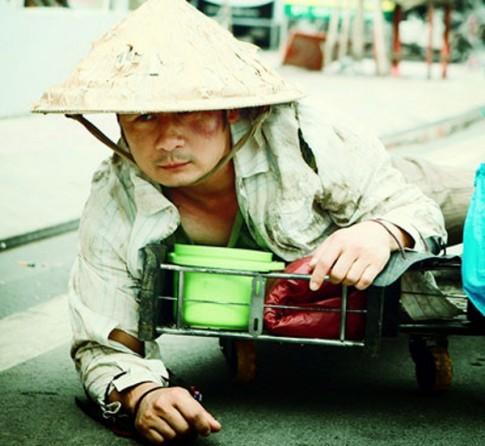 Bang Kieu 'vo no, le let di an xin' tren duong pho Sai Gon