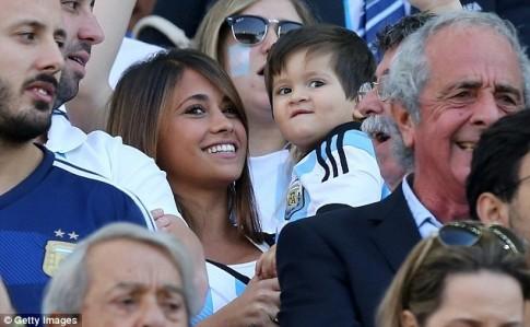 Con trai Messi ngo ngac co vu bo tren khan dai