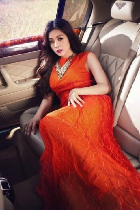 Hoa hau Michelle Nguyen khoe dang ben Bentley