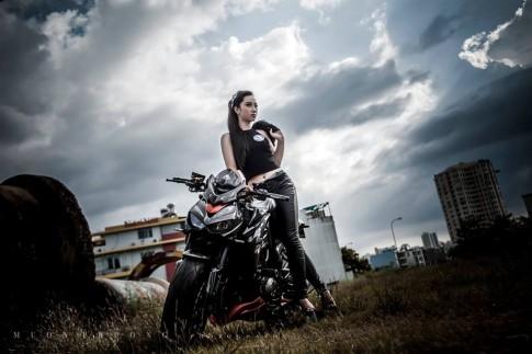 Kawasaki Z1000 hầm hố bên cạnh cô nàng xinh đẹp đầy cá tính
