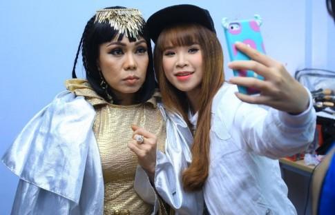 Khởi My nghịch ngợm cùng 'nữ hoàng Cleopatra' Việt Hương