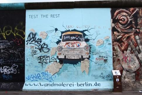 Nhung hinh ve doc dao tren buc tuong Berlin