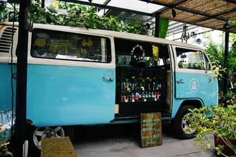 Tiem banh tren chiec xe bus mau xanh o Sai Gon