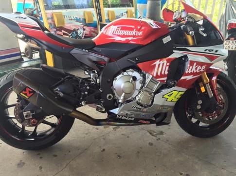 Vài ảnh chiếc Yamaha R1 đời 2015 trang bị pô Akrapovic tem Rossi
