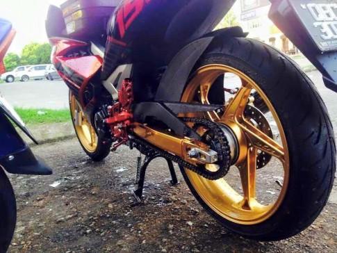 Yamaha Y15ZR với dàn chân khủng của biker Malaysia
