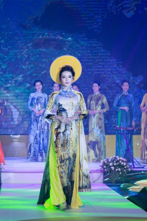 A hau Huyen My trinh dien ao dai tai Asia Park