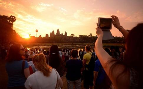 Angkor Wat mo cua som don khach ngam binh minh