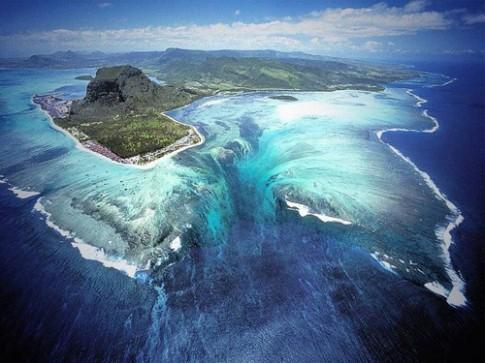 Ảo ảnh thác nước dưới mặt biển ở Ấn Độ Dương