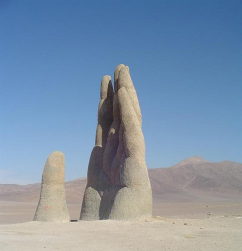 Bàn tay mọc giữa sa mạc ở Chile