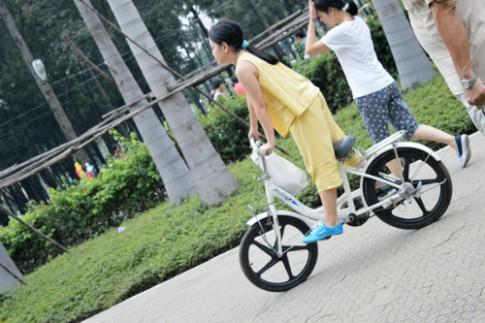 Bé đạp xe ngoài công viên