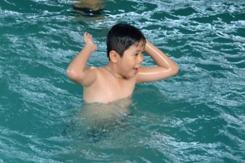 Bé học bơi từ năm 7 tuổi