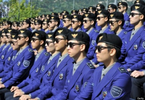 Canh sat du lich Han Quoc dien dong phuc Gangnam Style