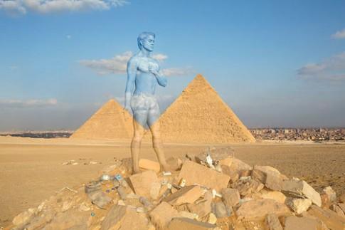 Chàng trai khỏa thân, giả tắc kè ở các điểm du lịch nổi tiếng
