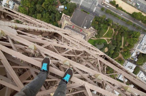 Chang trai lieu mang leo thap Eiffel quay phim selfie