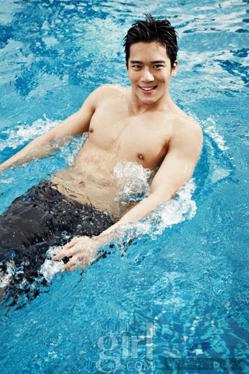 Chon trang phuc di bien nam tinh nhu Ha Suk Jin