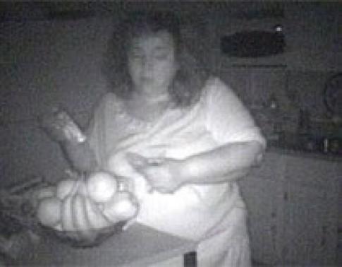 Cô gái ăn trong giấc ngủ