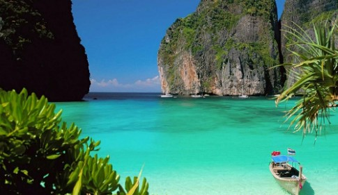 Cong vien Thai Lan tra lai 100.000 baht cho du khach