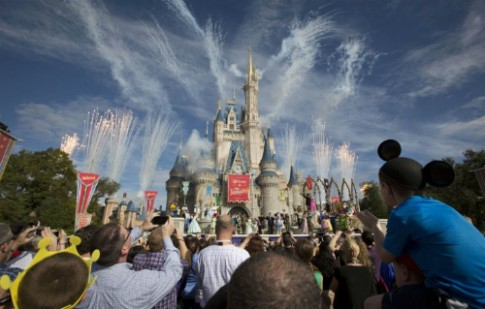 Disney cam sung do choi va do hoa trang nham chong khung bo