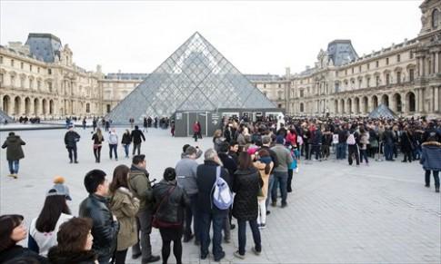Du khach chau A chun buoc toi Paris