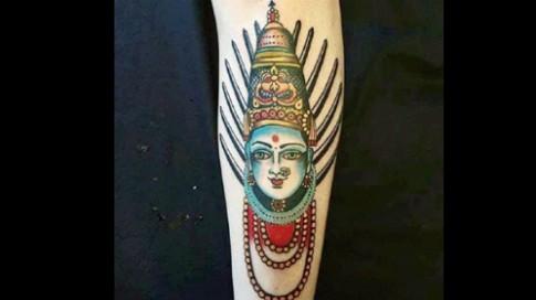Du khach tai An Do bi bao vay vi hinh xam than Hindu