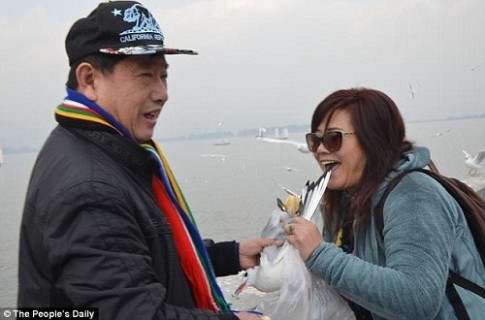 Du khach Trung Quoc gay phan no vi bat chim hai au de chup anh