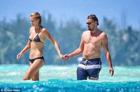 Leonardo DiCaprio lộ 'bụng bia' khi đi nghỉ cùng bạn gái siêu mẫu