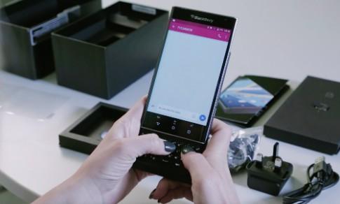 Mo hop BlackBerry Priv man hinh cong, ban phim truot