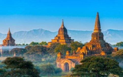 Myanmar cam du khach leo len den thap