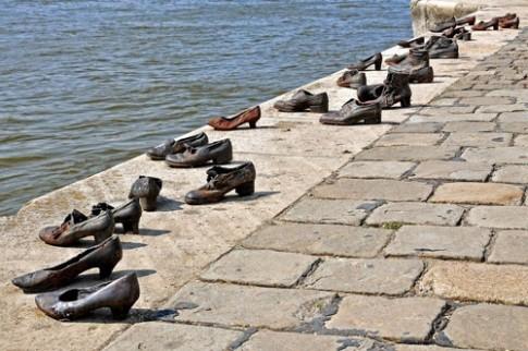 Nhung doi giay vo chu ben bo song Danube