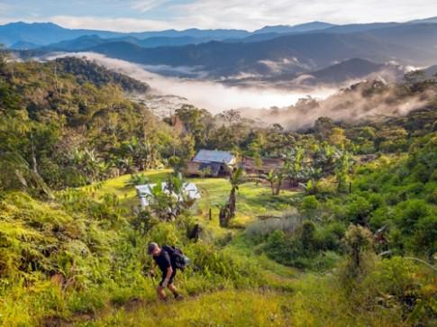 Nũ du khách bị xam hai trong rùng o Papua New Guinea