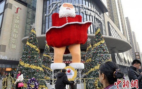 Ong gia Noel bi gio tung vay giong Marilyn Monroe