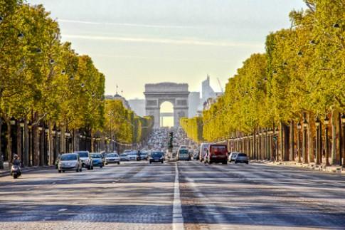 Paris cam xe, bien dai lo Champs Elysees thanh pho di bo