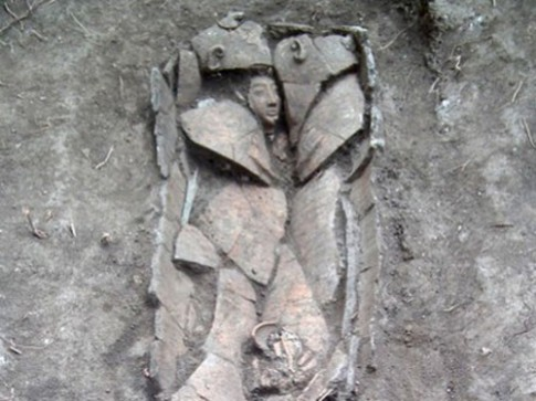 Quan tài 3.000 năm tuổi chạm khắc mặt người