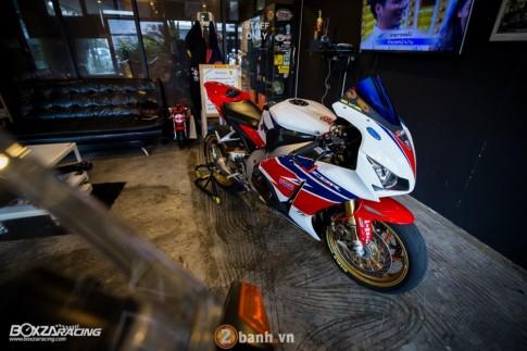 R 12/2 8h [PKL] Honda CBR1000RR SP dang cap trong phien ban do hang hieu