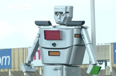 Robot thay thế cảnh sát và đèn giao thông
