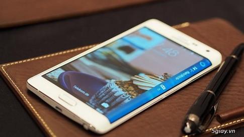 Samsung Galaxy Note Edge chạy hệ điều hành Android 4.4 kitkat