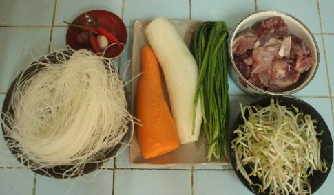 Tự nấu hủ tiếu hầm xương, củ cải cuối tuần