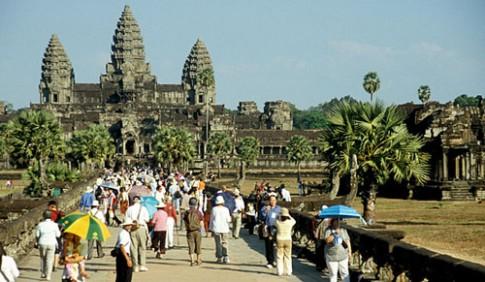 'Vua' tuýt còi khách Tây ăn mặc hở hang ở Angkor