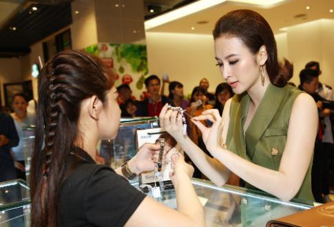 Angela Phương Trinh chọn đồng hồ tại G-Factory