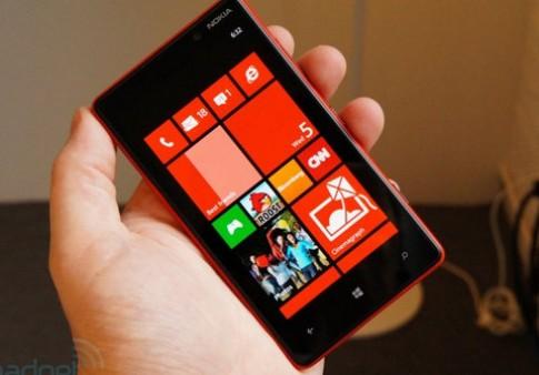 Anh thuc te Nokia Lumia 820 da mau sac