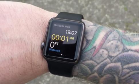 Apple Watch gap van de voi tay co hinh xam
