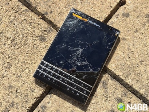 BlackBerry Passport boc khoi khi bi dap bang bua